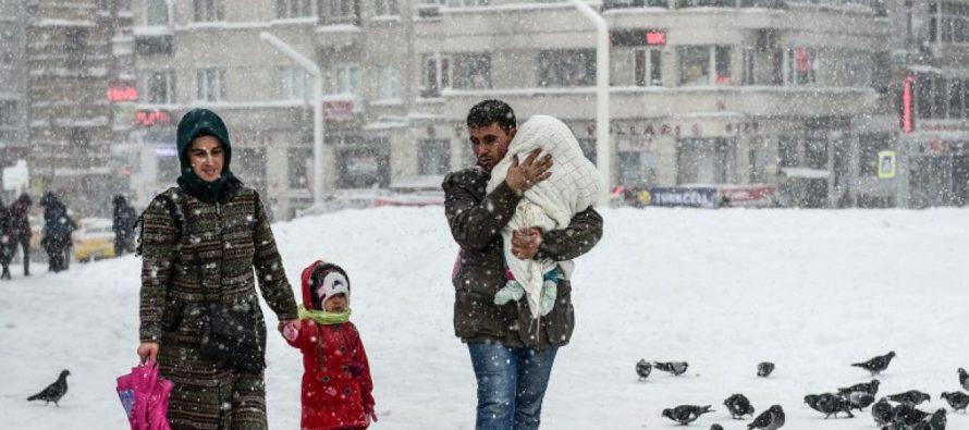 Las autoridades decretaron una alerta por vientos helados para 70 millones de estadounidenses,...