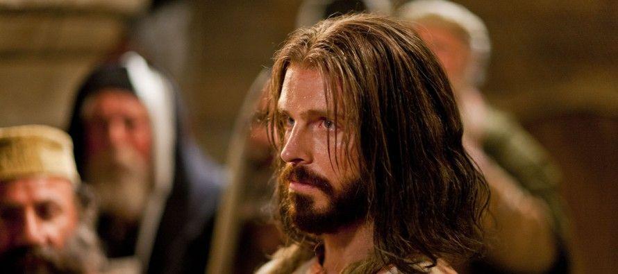 """""""Al ser encontrado culpable de blasfemia por el Tribunal del Sanedrín, Jesús fue..."""