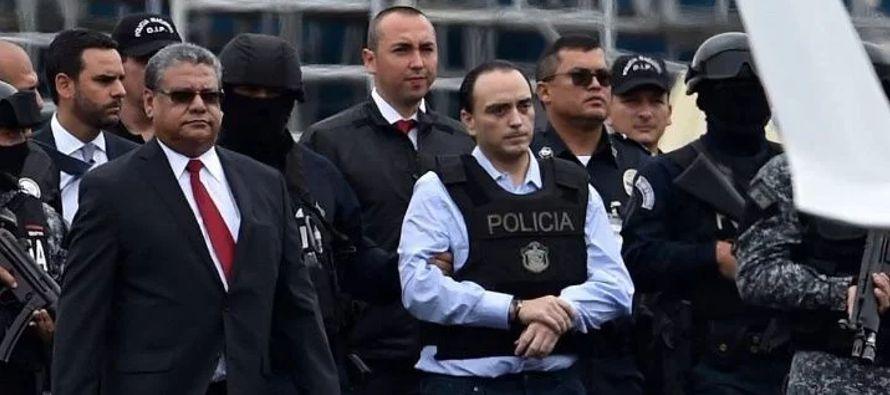 A su llegada a México, acompañado por agentes de la Fiscalía, fue recibido por...