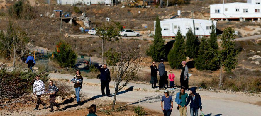 Fuerzas de seguridad israelíes comenzaron hoy la evacuación de la última...