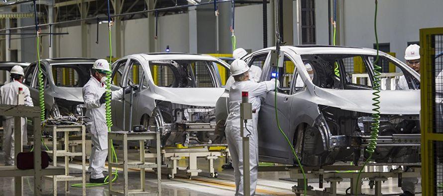 Las ensambladoras establecidas en México fabricaron 246,248 vehículos ligeros y...