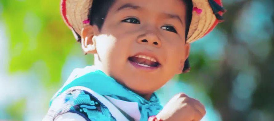 Un niño indígena tarareando una canción pegadiza durante pocos segundos ha...