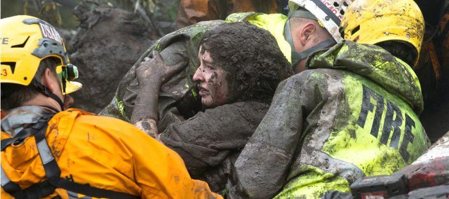 Se teme que muchas más personas hayan estén muertas y enterradas bajo el barro,...