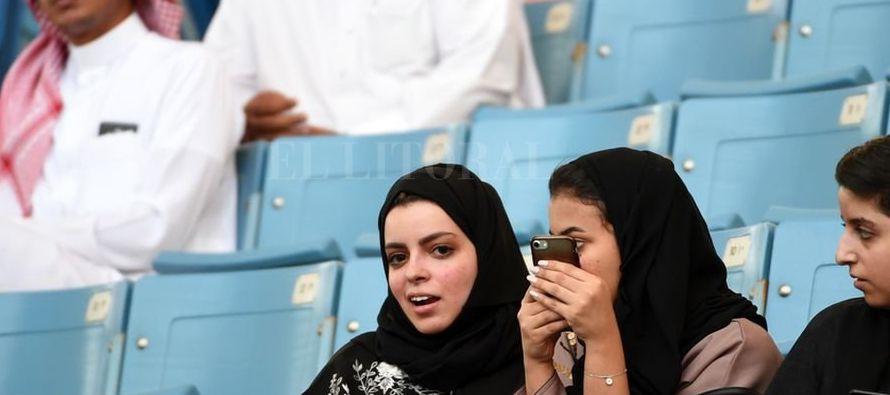 """En esos estadios, el reino ha creado para las mujeres """"secciones familiares"""", separadas..."""