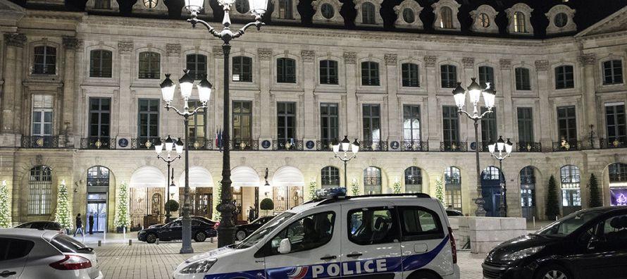 Cinco hombres, al menos uno provisto de un hacha, asaltaron hoy la joyería del lujoso hotel...