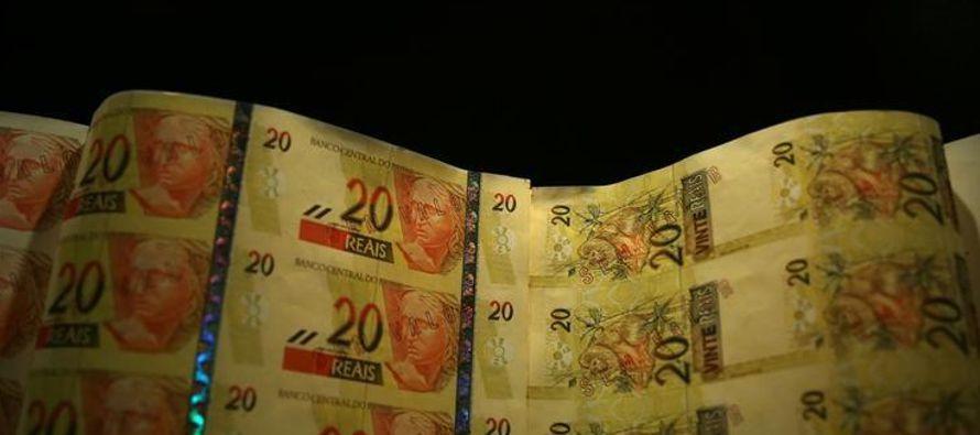 El peso mexicano se apreció ligeramente alrededor de 19,0 por dólar después de...