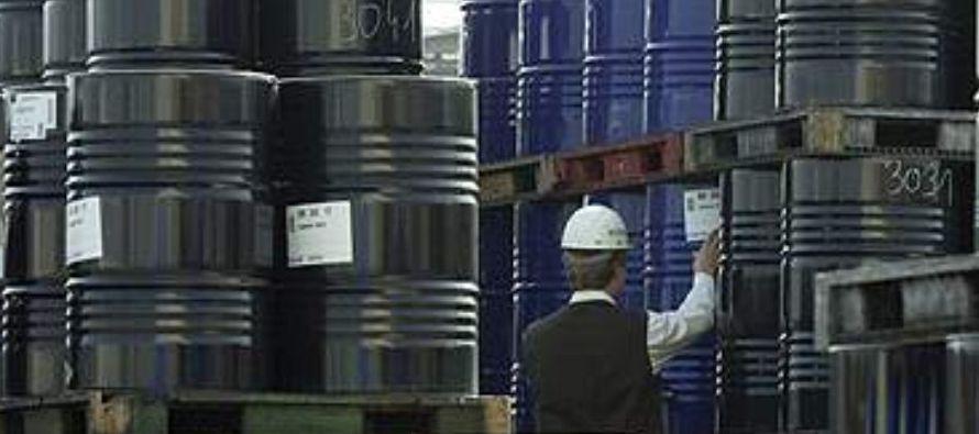 El petróleo caía el lunes, pero operaba cerca de los 70 dólares el barril, en...
