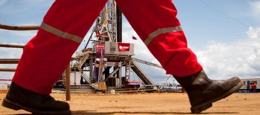 Venezuela produjo 2,072 millones de barriles por día (bpd) en 2017, frente a los 2,373...