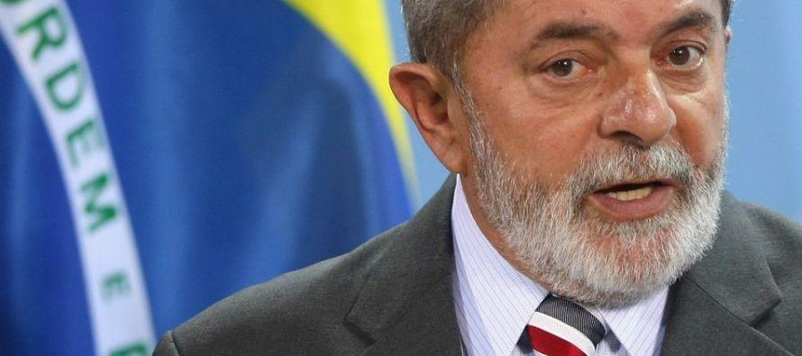 Durante el acto, Lula, quien lidera todas las encuestas de intención de voto de cara a las...