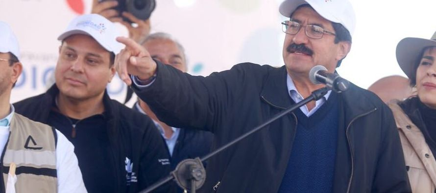Acompañado por el alcalde de Ciudad Juárez, Alejandro Loaeza, funcionarios estatales,...