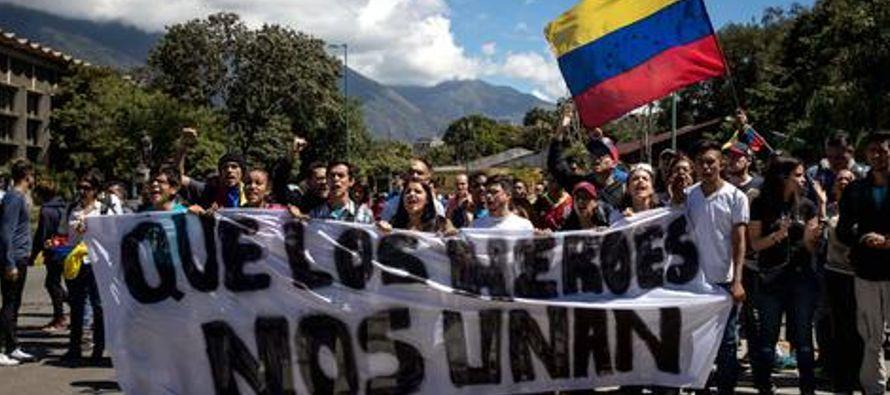 Los manifestantes, con sus rostros cubiertos, respondieron a los uniformados y lanzaron piedras,...