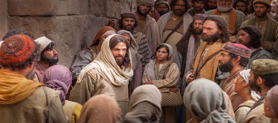 Jesús salió de allí y vino a su patria, y sus discípulos le siguieron....