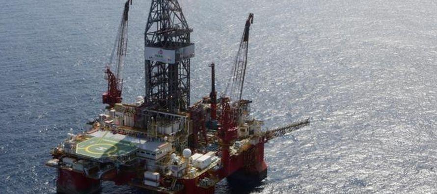 México ofrecerá el miércoles a empresas petroleras extranjeras el derecho de...