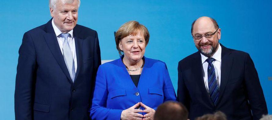 Merkel, al llegar a la sede del Partido Socialdemócrata (SPD) en Berlín para una...