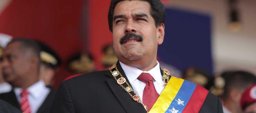 """Cabello entregó a Maduro el estandarte del partido para que vaya con él """"por las..."""