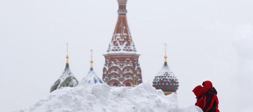 Una tormenta igualó en 36 horas la cantidad de nieve que Moscú soporta en alrededor...
