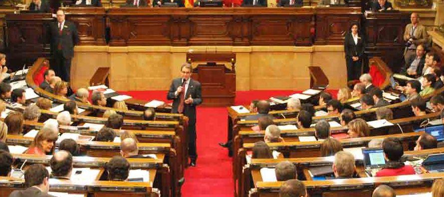 Los dos principales grupos secesionistas, JxCat (liderado por Puigdemont) y ERC (republicanos de...