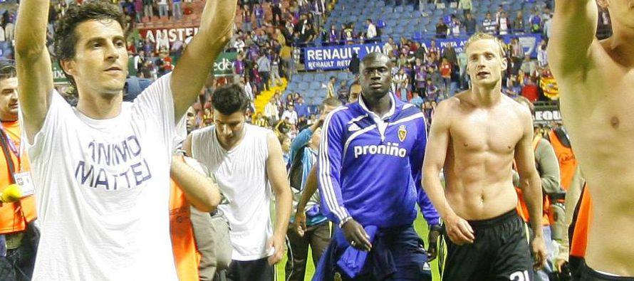 Javier Aguirre, por entonces entrenador de la entidad aragonesa, el director deportivo Antonio...