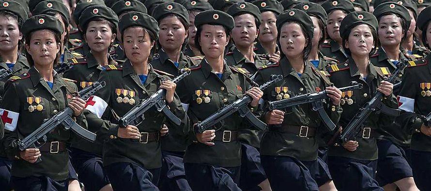 Corea del Norte exhibió hoy su poderío militar en un desfile en la víspera de...