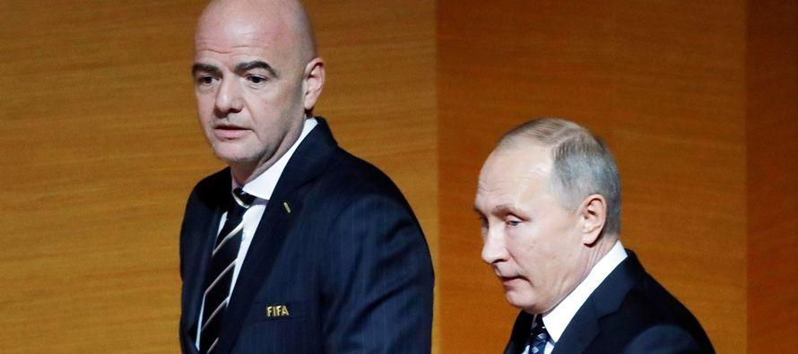 El presidente ruso, Vladímir Putin, y el jefe de la FIFA, Gianni Infantino,...