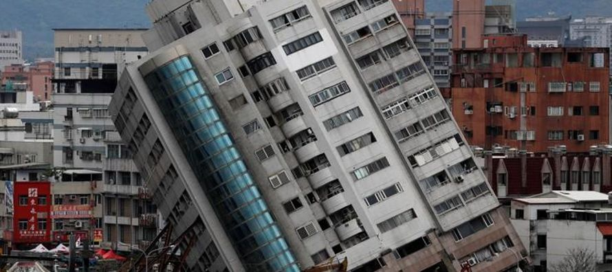 Cientos de réplicas obstaculizaban los esfuerzos de rescate el jueves en la ciudad...