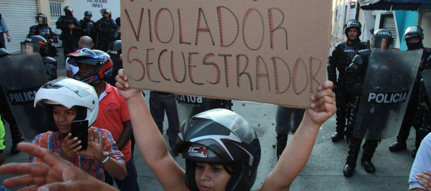 """Asesino"", ""terrorista"", le gritaron los manifestantes a Londoño a la..."