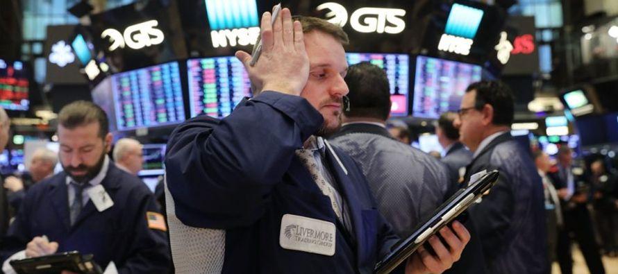 Estos retrocesos del Dow Jones se suman al descenso del 2,54 % del viernes pasado, del 4,60 % del...