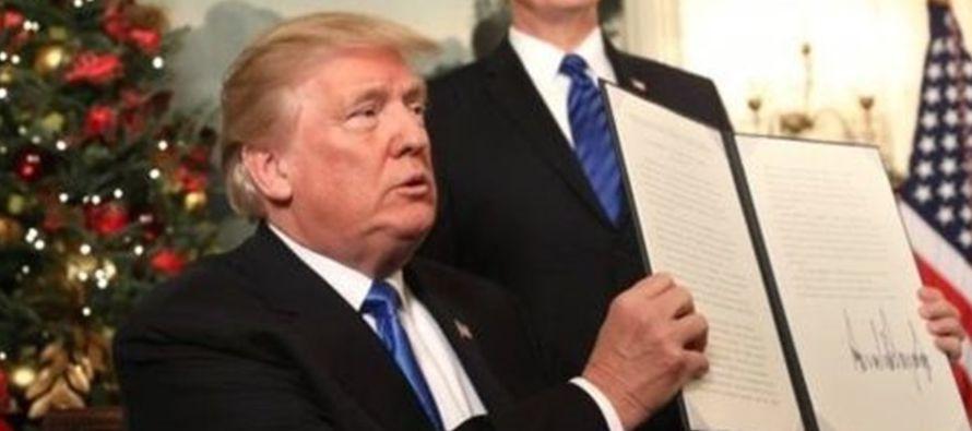 Trump reconoce haber recibido una fuerte presión para no hacerlo y se solidariza con los...