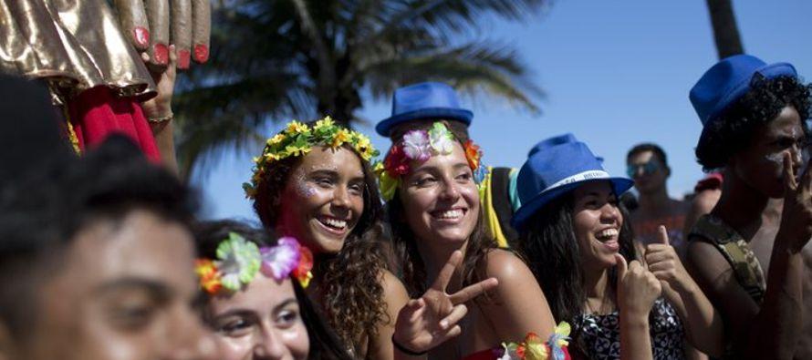 Los cariocas, como se conoce popularmente a los residentes de Río de Janeiro, y los turistas...