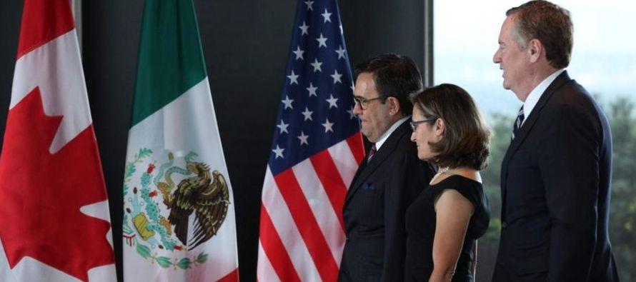 González, acompañado del vocero de la Presidencia, Eduardo Sánchez,...