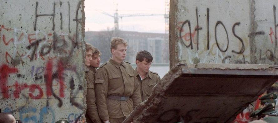 Además de los fragmentos zigzagueantes que atraviesan Berlín, delineando la tierra de...