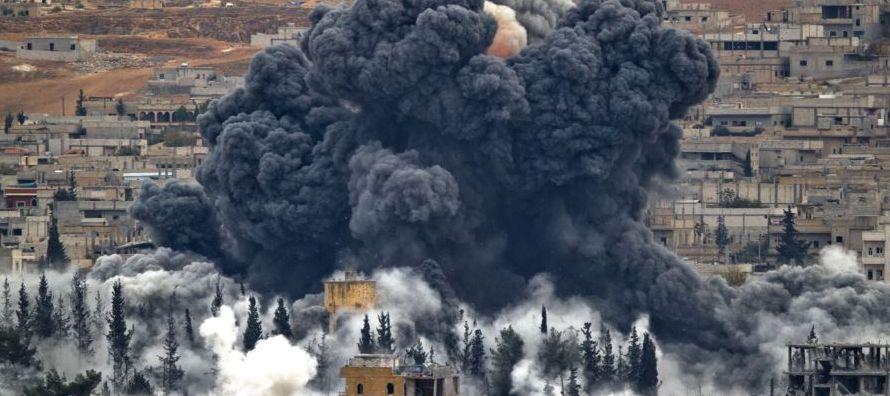 El aparato lanzó siete bombas contra la zona que une el distrito de Yobar, en el extrarradio...