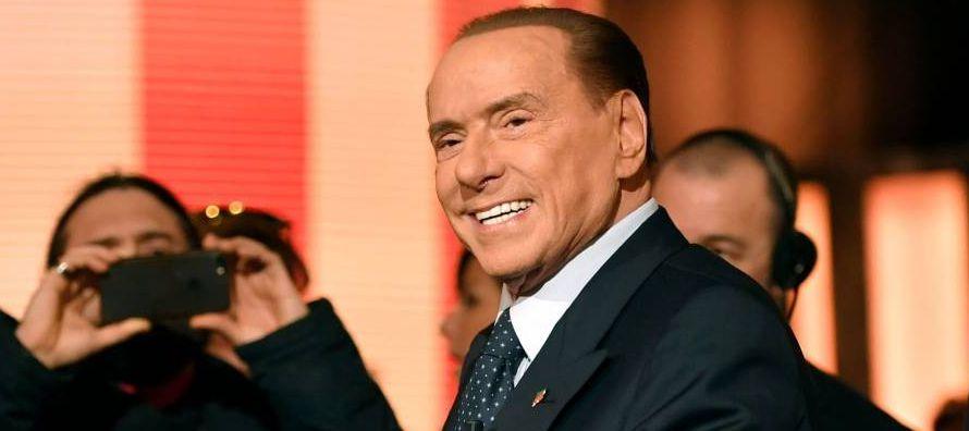 Diecisiete años más tarde, Berlusconi sentado ante el mismo escritorio volvió...