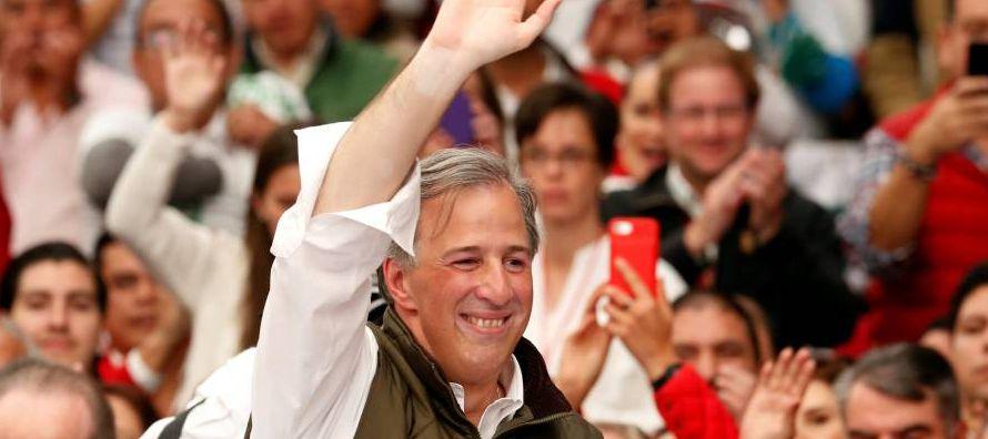 Una encuesta publicada hoy por el diario Reforma otorga un 33 % de intención de voto a...