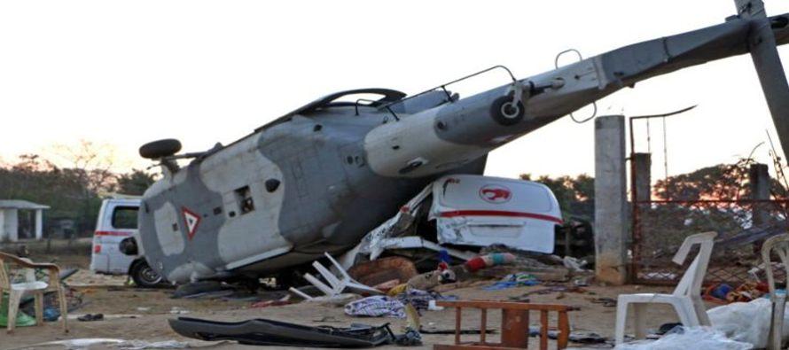 Un helicóptero donde viajaba el secretario de Gobernación (Interior), Alfonso...