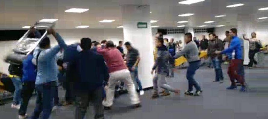 En las imágenes se aprecia cómo una decena de militantes se dan de puñetazos,...