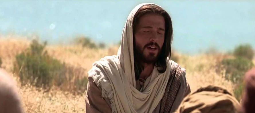 Jesús dijo a sus discípulos: «Al orar, no charléis mucho, como los...