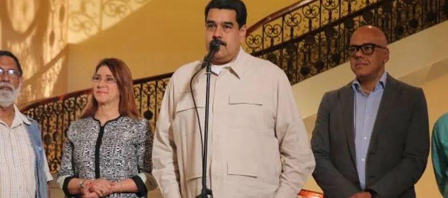 Sin un rival de peso, Maduro parece asegurar la reelección pese a que su gobierno es...