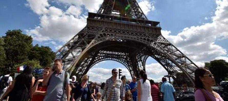 Entre los lugares más visitados aparecen el museo del Louvre con 8,1 millones de personas,...
