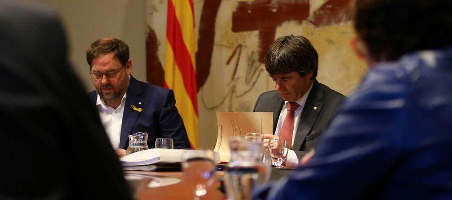 Durante su intervención, Puigdemont agradeció al primer ministro belga, Charles...