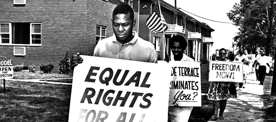Según datos del informe, los afroamericanos son casi 6 veces más propensos a ser...