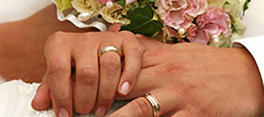 Por esto dejará el hombre a su padre y a su madre, y estará unido a su mujer, y los...