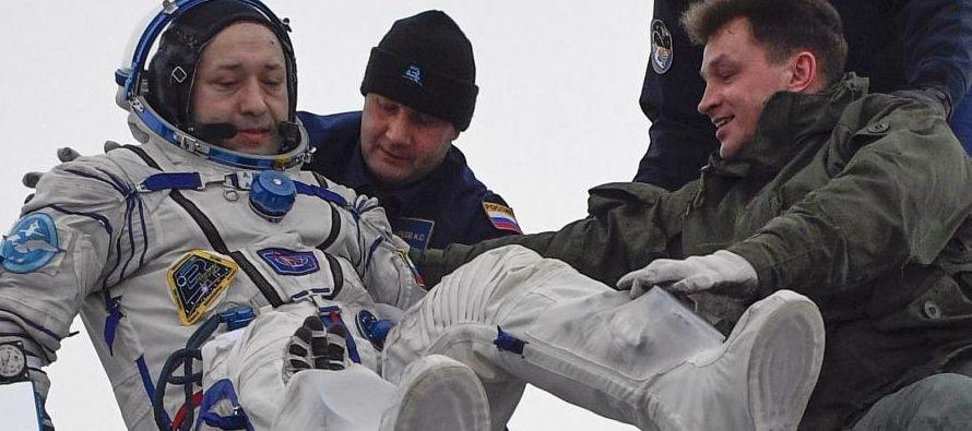 La órbita de la plataforma es elevada periódicamente con ayuda de los propulsores de...