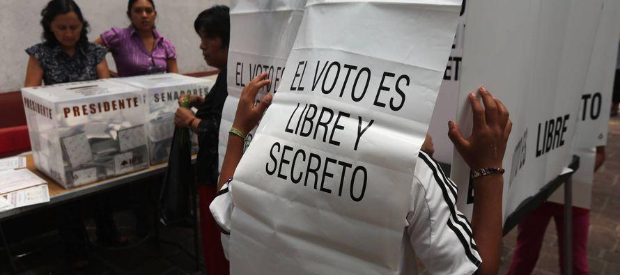 En los comicios en México, los funcionarios cuentan los votos de las urnas y escriben los...