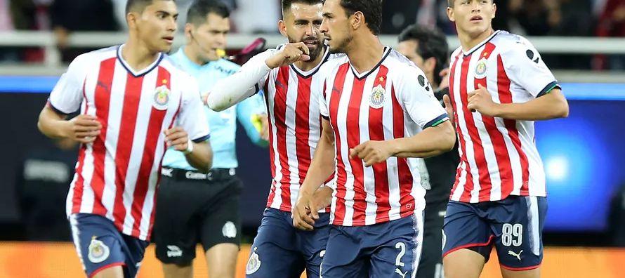 Tres minutos después José Macias remató sin marca en el área chica un...
