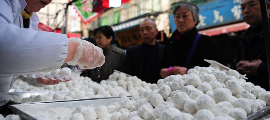 Farolillos rojos, desfiles y el consumo desaforado de bolitas de arroz glutinoso llamadas...