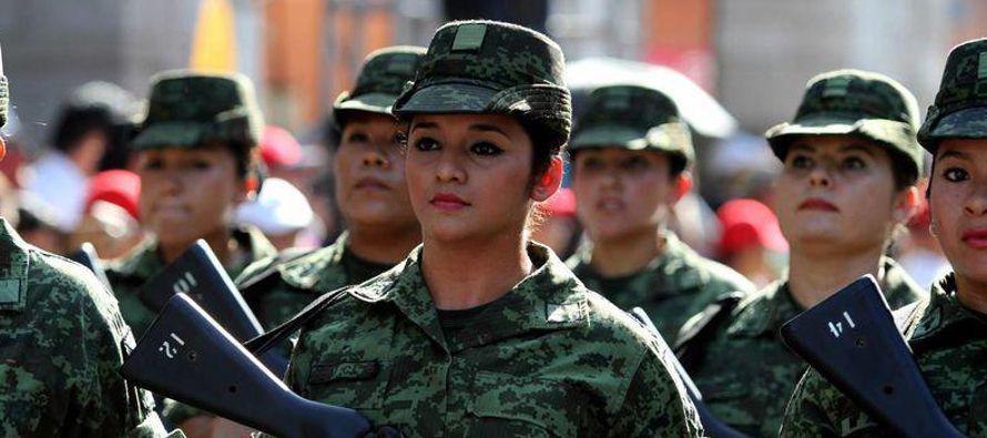 Para estas soldados el cambio de la vida civil a la castrense tampoco es fácil, y pasaron...