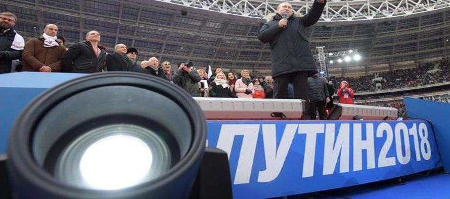 """Desde el escenario Vladimir Putin, promete un futuro de """"brillantes victorias"""" si es..."""