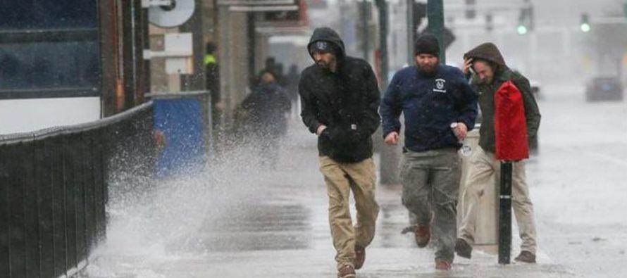 El fuerte temporal que desde el viernes sacude la costa este de Estados Unidos se ha cobrado la...
