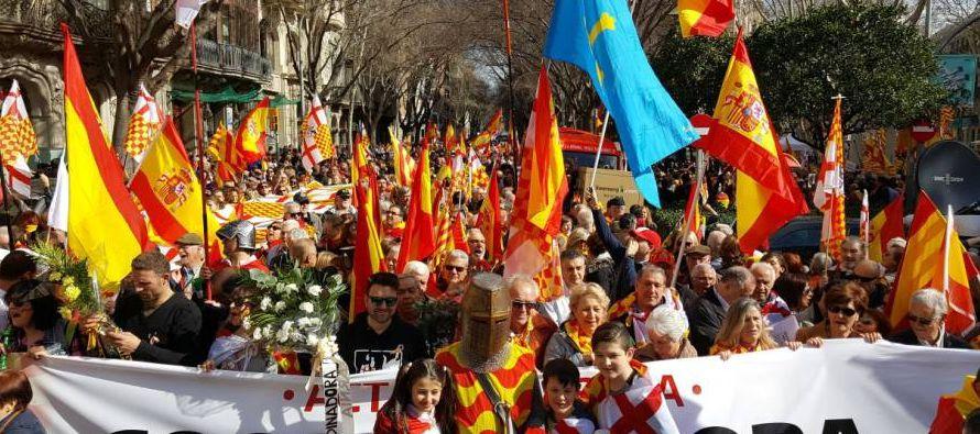 En la primera manifestación que han organizado llenaron el centro de Barcelona con banderas...